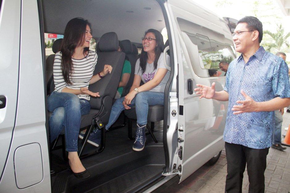 paket tour di yogyakarta dengan rental mobil toyota hiace commuter